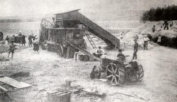 Молотьба в колхозе: Маяк Коммунизма. Матвеев-Курганский район, Северо-Кавказский край. Фотография 1931 года.