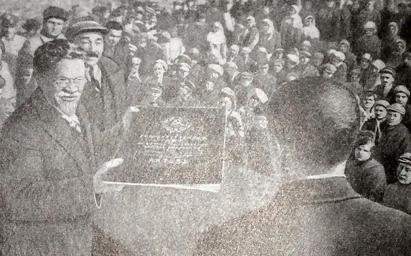 М. И. Калинин вручает акт на вечное пользование землей колхозу имени М. И. Калинина Алма-Атинского района. Фотография 1935 года.