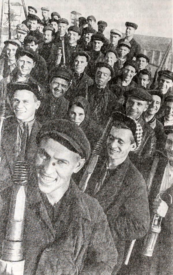 А. Стаханов среди шахтеров Донбасса. Фотография 1935 года.