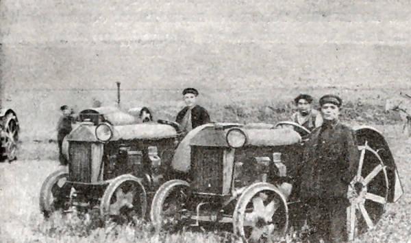 Тракторная бригада П. Н. Ангелиной. Старо-Бешевская МТС. Донецкая область. Фотография. 1932 год.