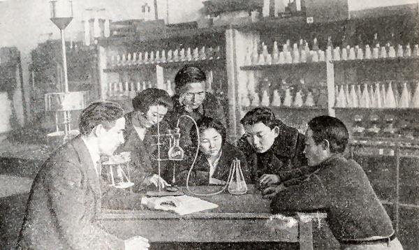 Студенты Казахского государственного университета на занятиях. Фотография 1934 года.