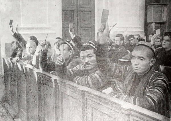 Голосование за Конституцию СССР на VIII Чрезвычайном съезде Советов. Фотография 1936 года.