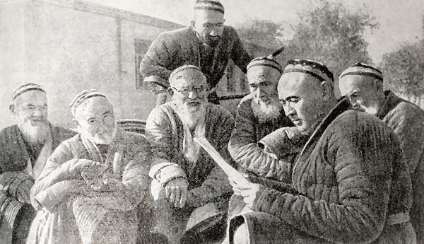 Обсуждение нового  избирательного закона на собрании колхозников села Алты-Арык в Узбекской ССР. Фотография 1937 года.
