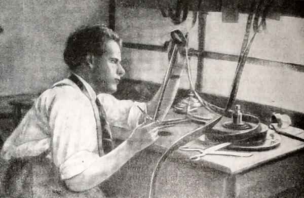 С. М. Эйзенштейн за монтажным столом. Фотография 1925 года.