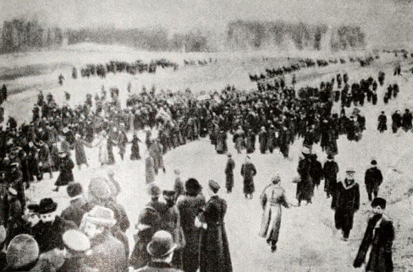 Траурное шествие с гробом Л. Н. Толстого, направляющееся со станции Козлова-Засека в Ясную Поляну. Фотография 1910 года.
