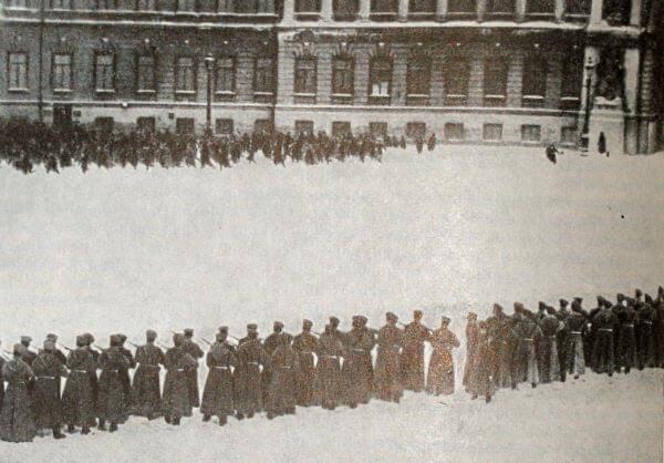 Расстрел демонстрантов на Дворцовой площади 9 января 1905 года. Фотография.