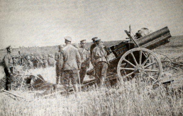 Русская батарея на Юго-Западном фронте. Кадр из кинохроники. 1915 год.