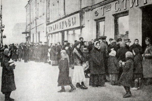 Очередь за хлебом в Москве. Фотография 1917 года.