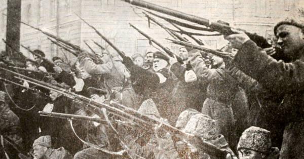 Обстрел полицейской засады в Петрограде в феврале 1917 года. Фотография.
