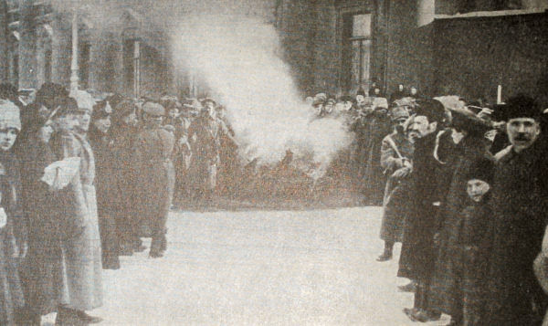 Сожжение царских эмблем у Аничкова дворца в Петрограде. Фотография. Февраль 1917 года.