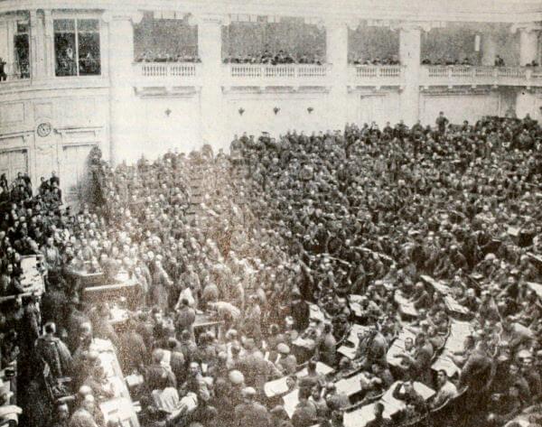 Первое заседание солдатской секции Петроградского Совета в Таврическом дворце. Фотография. Март 1917 года.