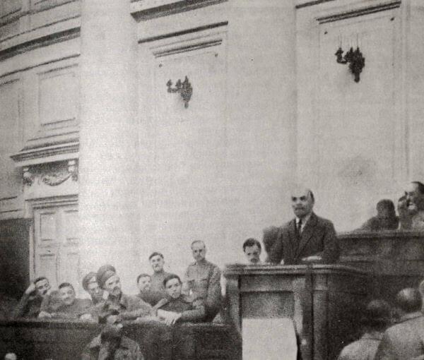 Выступление В. И. Ленина в Таврическом дворце 4 апреля 1917 года. Фотография.