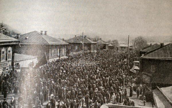 Первомайская демонстрация рабочих Чусовского завода (Урал). Фотография 1917 года.