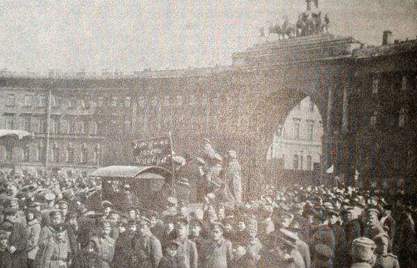 Распространение газеты Правда в Петрограде. Фотография 1917 года.