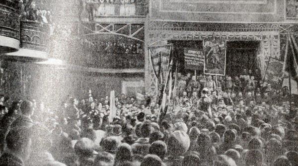 Депутация солдат приветствует Всероссийский съезд крестьянских депутатов. Петроград. Май 1917 года. Фотография.