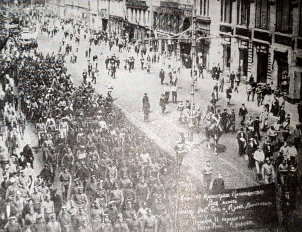 Демонстрация рабочих и солдат в Петрограде 18 июня 1917 года. Фотография.